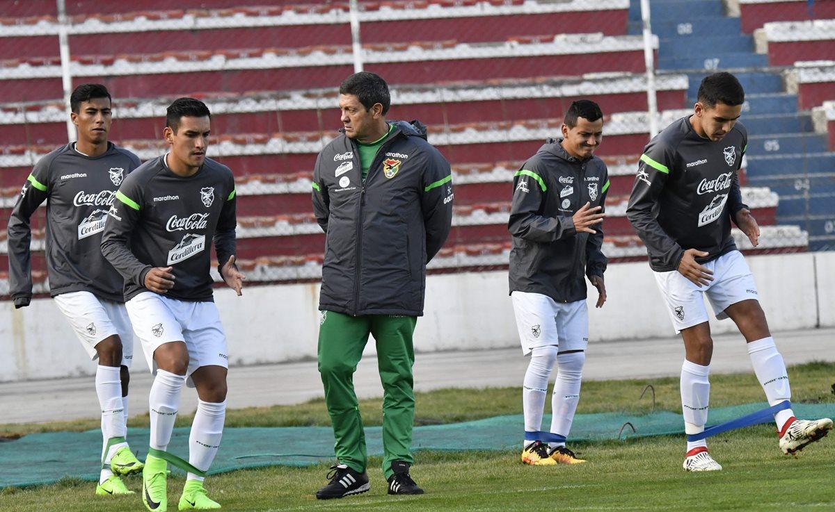 El técnico de la selección de Bolivia, Mauricio Soria dirige el entrenamiento de su selección en el estadio Hernando Siles de La Paz, previo a los duelos de la eliminatoria a Rusia 2018. (Foto Prensa Libre: AFP)