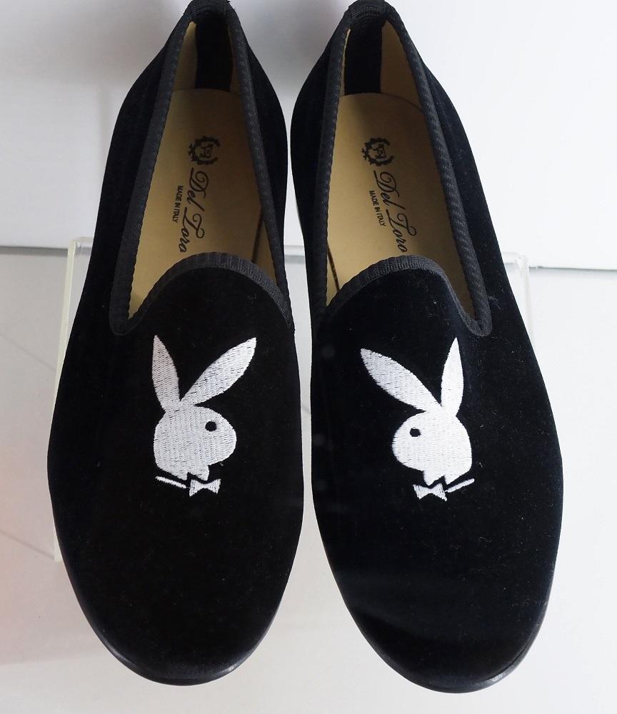 Estas zapatillas con el símbolo de Playboy, que eran parte de los objetos de Hefner, también fueron vendidas. (Foto: AFP).