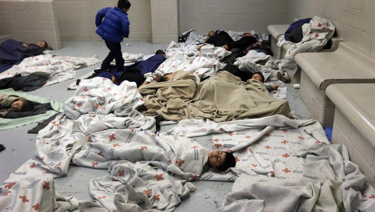 Menores duermen las instalaciones de la Agencia para la Protección y la Segurid de la Frontera en Brownsville (Texas) que los alberga temporalmente.(Foto Prensa Libre: Hemeroteca PL)