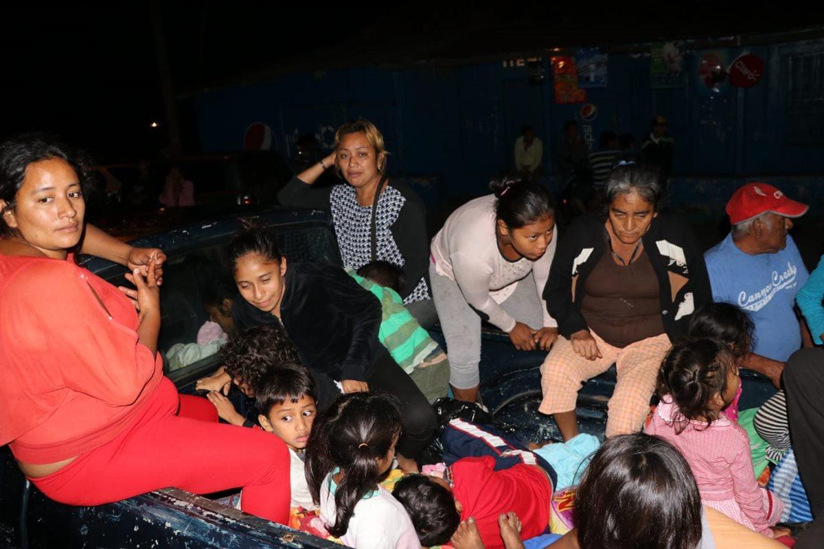 Pobladores salen de la comunidad en picop.