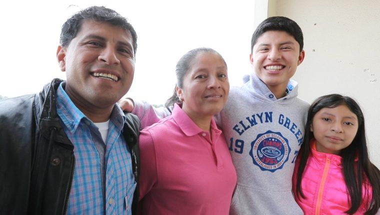 Brolin Valdizón compartió junto a sus padres y su hermana antes de viajar a España, donde le esperan siete meses de mucho trabajo. (Foto Prensa Libre: Jorge Ovalle)