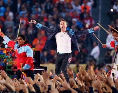 El vocalista de Coldplay Chris Martin, durante el espectáculo. (Foto Prensa Libre: AFP)