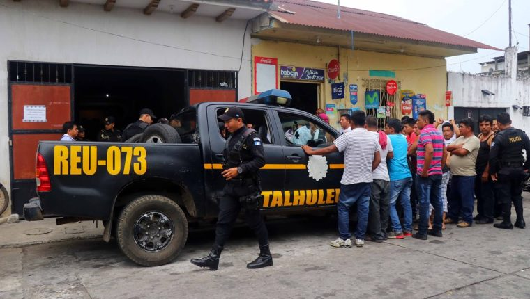 Varios pobladores llegaron hasta la sede policial a donde fueron llevados los supuestos extorsionistas. (Foto Prensa Libre: Rolando Miranda)