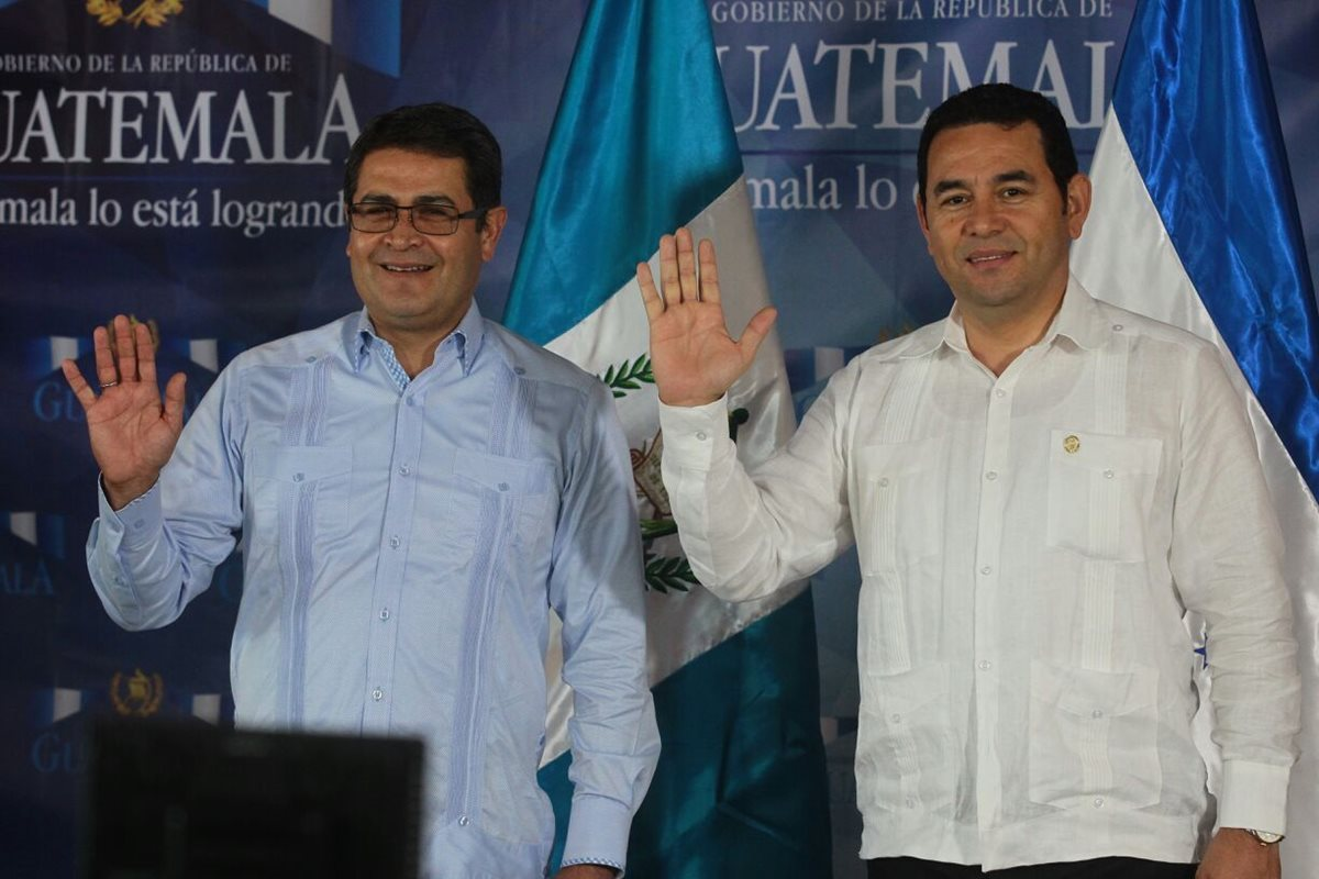 Presidentes de Guatemala y Honduras luego de una conferencia de prensa en la Fuerza Área Guatemalteca.(Foto Prensa Libre: Álvaro Interiano)