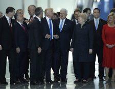 Cámara capta el momento en que Trump se abre paso entre altos funcionarios. (Foto Prensa Libre: AP)