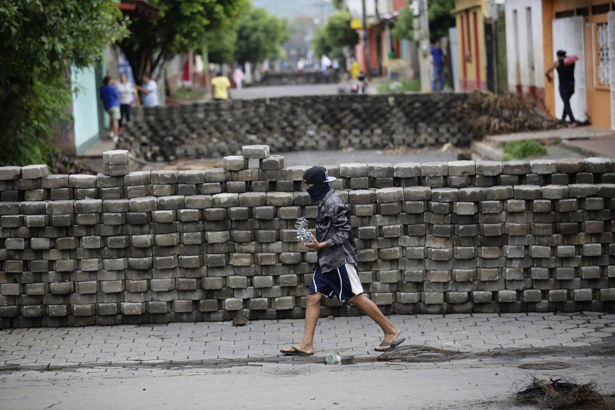 """Masaya, la capital del folclore nicaragüense, está """"para lo que venga"""". Se encuentra bloqueada por las barricadas.(Foto Prensa Libre:EFE)."""