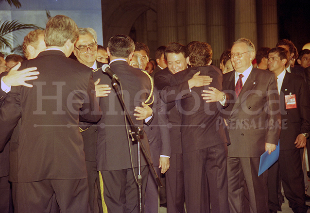 Los comandantes guerrilleros y funcionarios de Gobierno, cara a cara el día de la firma de la paz. (Foto: Hemeroteca PL)