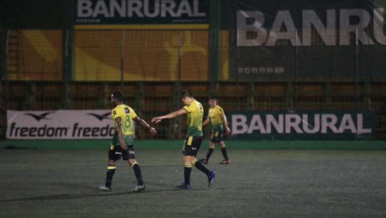 Los jugadores de Petapa salieron desconsolados después de perder en casa contra Siquinalá. (Foto Prensa Libre: Edwin Fajardo)