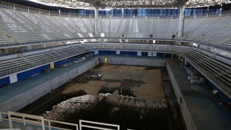 El estado de las instalaciones es lamentable. Así luce la piscina olímpica. (Foto Prensa Libre: Twitter)