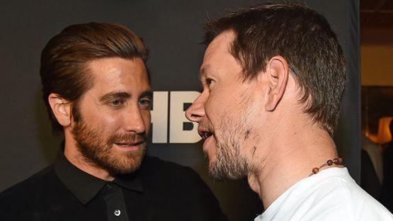 Jake Gyllenhaal y Mark Wahlberg hablan durante un encuentro en 2015. GETTY IMAGES
