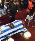 El cuerpo de Eduardo Galeano recoibió varios homenajes en Uruguay. (Foto Prensa Libre:  AFP)