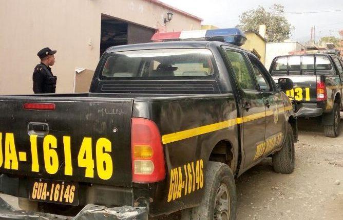 Agentes de la PNC resguardan varios inmuebles allanados en San Vicente Pacaya, Escuintla, y San Juan Sacatepéquez, Guatemala. (Foto Prensa Libre: PNC)