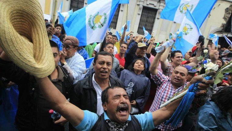 Guatemalecos celebran afuera del Congreso el retiro de la inmunidad del presidente Otto Pérez Molina. (Foto Prensa Libre: E. Bercian)
