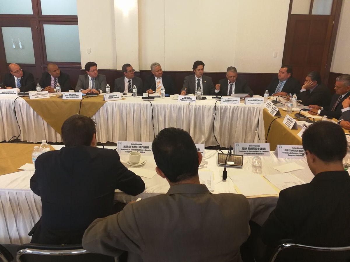Autoridades de Finanzas, SAT, se reunieron con integrantes de la comisión de Finanzas y Moneda del Congreso de la República, quienes solicitaron una reducción al presupuesto 2018. (Foto Prensa Libre: Esbin García)