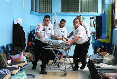 los bomberos ingresan en la emergencia de la Pediatría del Hospital San Juan de Dios a la niña de 3 años que fue herida en el cuello con un cuchillo.