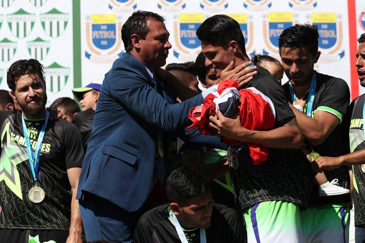 Mauricio Tapia manifestó la confianza y unidad de sus jugadores fue vital para conseguir el título frente a Municipal. (Foto Prensa Libre: Fernando López R.)