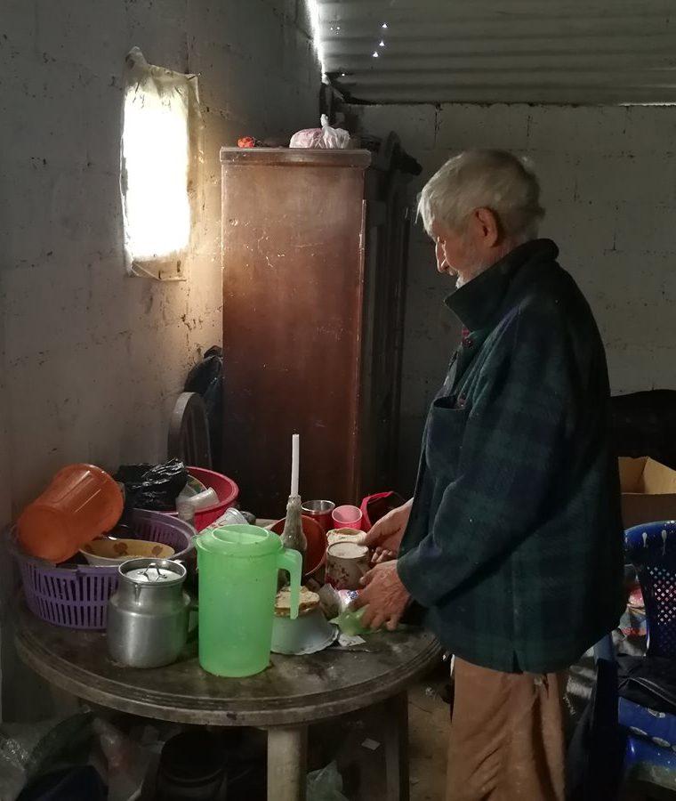 La vivienda de Ubaldo Villatoro carece de energía eléctrica. (Foto Prensa Libre: Oscar García).