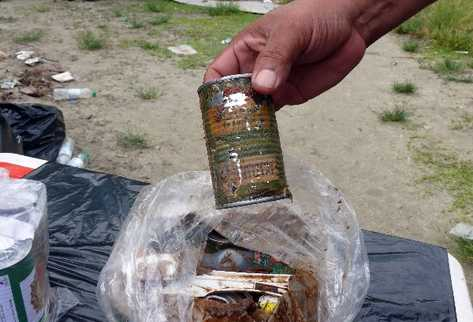 Un agente muestra el estado en que les llegaron los  productos de las raciones para el personal destacado  en   sitios y rutas turísticas.