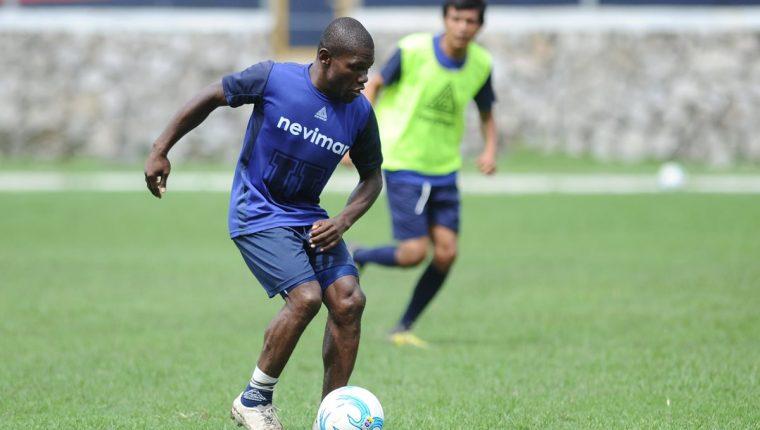 Milton Núñez captado en el entrenamiento de este martes en el estadio Revolución. (Foto Prensa Libre: Francisco Sánchez).