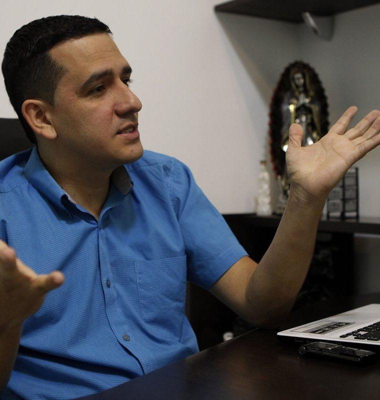 Marlon Baena, propietario y gerente de CRJ Moda, comenzó su carrera a los 15 años como operario de confección en su natal Medellín, 23 años después se ha convertido en un textilero que encontró el éxito en la transformación social y laboral de sus empleados. (Foto, Prensa Libre: Efe).
