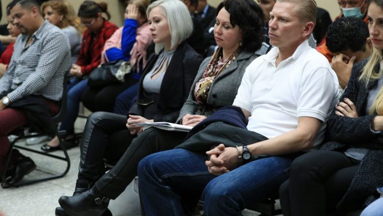 La familia Bitkov escucha la sentencia del tribunal. (Foto Prensa Libre: Carlos Hernández)