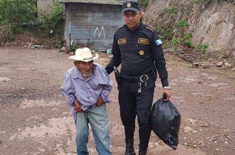 El hombre de 100 vivía en pobreza extrema y fue abandonado por sus hijos. (Foto Prensa Libre: Mario Morales)