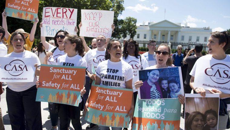 Activistas e inmigrantes protestan contra las deportaciones en Washington. (Foto Prensa Libre: AFP)