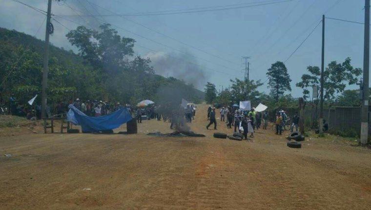 Pescadores de El Estor impiden el paso de vehículos en la ruta a Panzós, Alta Verapaz. (Foto Prensa Libre)