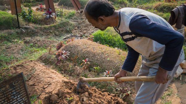 El islam permite que se entierren varios cuerpos en la misma tumba. (Foto: Amirul Rajiv)