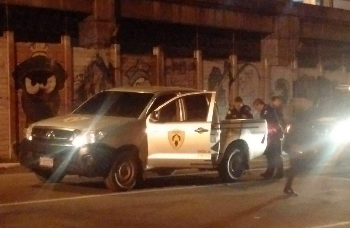 En este vehículo se trasladaban los ahora detenidos. (Foto Prensa Libre: PNC)