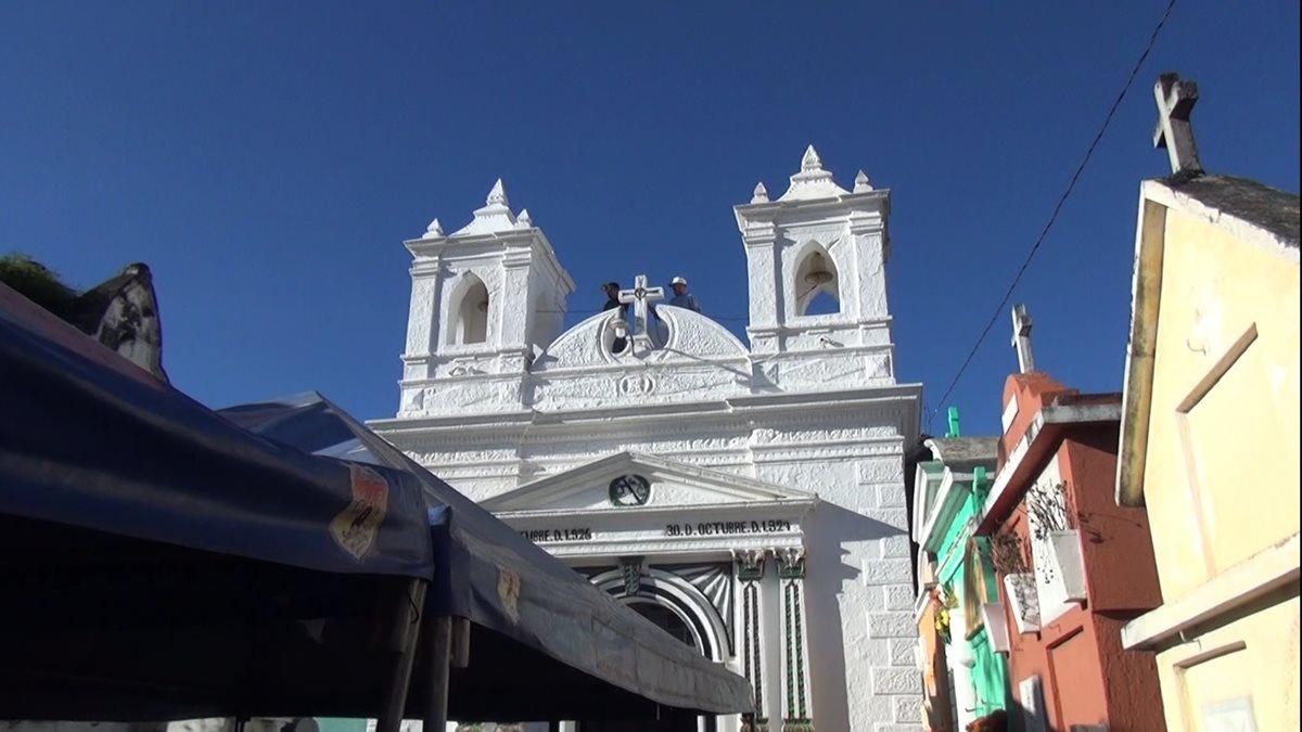 Q18 mil costó cada una de las campanas que fueron colocadas en la iglesia del Cementerio General de Santa Cruz del Quiché. (Foto Prensa Libre: Héctor Cordero).