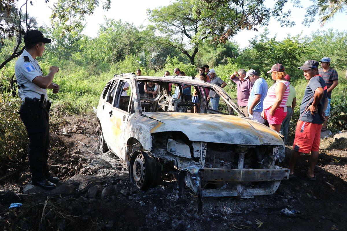 Los cadáveres fueron encontrados en el baúl del vehículo carbonizado. El terreno en que estaba el automóvil es desolado, en un sector del parcelamiento Arizo, Puerto de San José, en Escuintla. (Foto Prensa Libre: Hemeroteca PL)