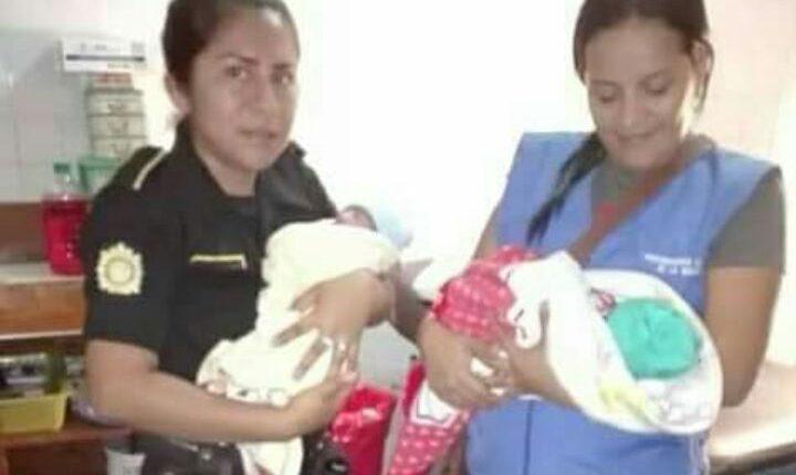 Personal de la PGN y PNC trasladan a las gemelas a un hospital. (Foto Prensa Libre: Cortesía PGN)