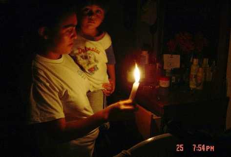 En el mundo hay millones de personas que no tienen acceso a electricidad en sus hogares y utilizan  leña para cocinar.