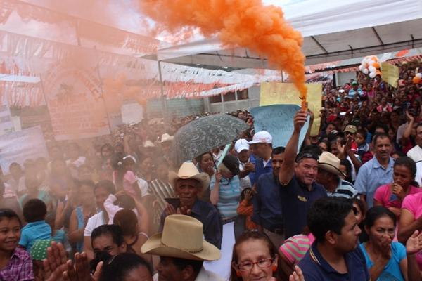 Varias bombas de humo naranja fueron detonadas durante el discurso de Pérez Molina a Santa Rosa. (Foto Prensa Libre: O. Cardona)