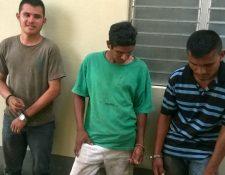Los tres capturados cuando talaban árboles de chico zapote en Melchor de Mencos, Petén. (Foto Prensa Libre: PNC)