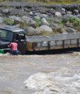 Trabajadores de un camión de piedra fueron sorprendidos por una correntada del río Samalá, en Santa Cruz Muluá. (Foto Prensa Libre: Jorge Tizol)