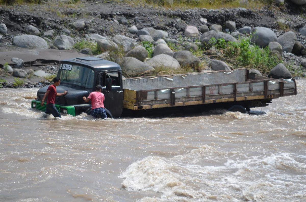 Crecida del río Samalá pone en peligro a trabajadores