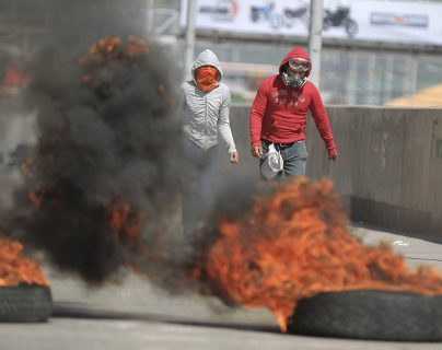 Estudiantes universitarios que apoyan el paro de transporte nacional se enfrentan a la Policía, en Tegucigalpa, Honduras. (Foto Prensa Libre:EFE)
