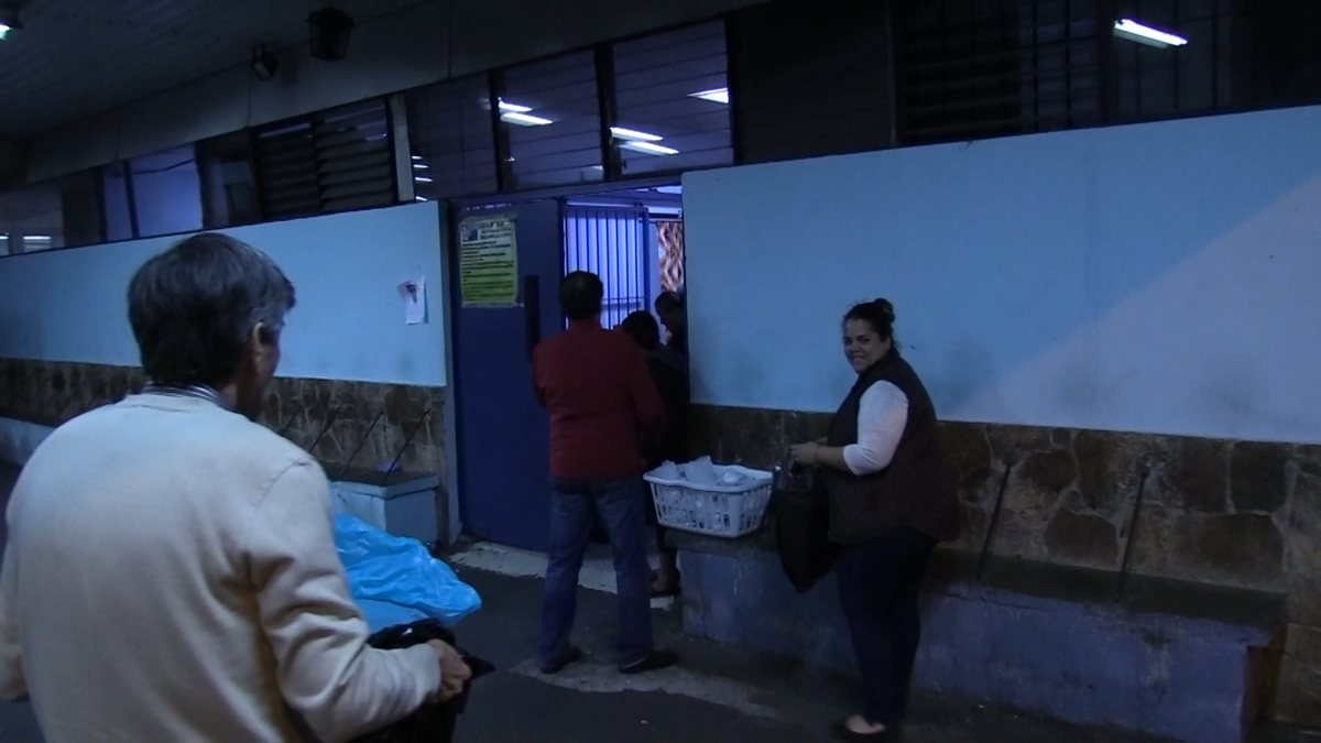 Luisa Fernanda Marroquín comparte alimentos con pacientes y familiares en el Hospital General San Juan de Dios. (Foto Prensa Libre: Álvaro González)