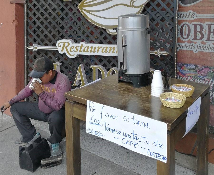 Con una iniciativa del restaurante ubicado en la 7a. avenida zona 1, Centro Histórico capitalino, ante las bajas temperaturas, brinda un café de cortesía a los transeúntes. (Foto, Prensa Libre: Rosa María Bolaños)