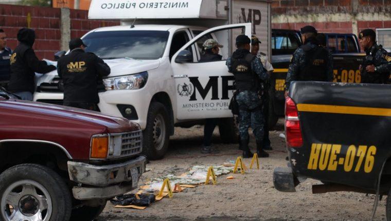 Autoridades resguardan dinero y droga decomisados en Huehuetenango. (Foto Prensa Libre: Mike Castillo).
