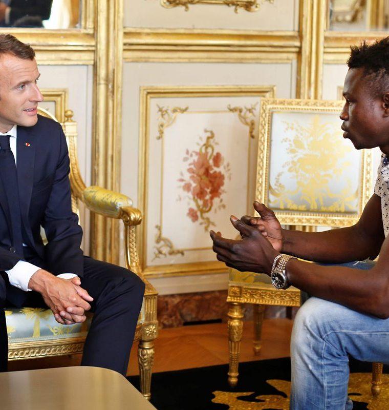Mamoudou Gassama fue recibido por el presidente francés Emmanuel Macron, luego de haber salvado a un niño el sábado último en un edificio. (Foto Prensa Libre: AFP)