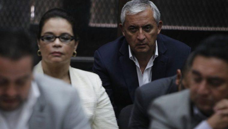 Otto Pérez Molina y Roxana Baldetti escuchan la resolución del Juzgado. (Foto Prensa Libre: Paulo Raquec)