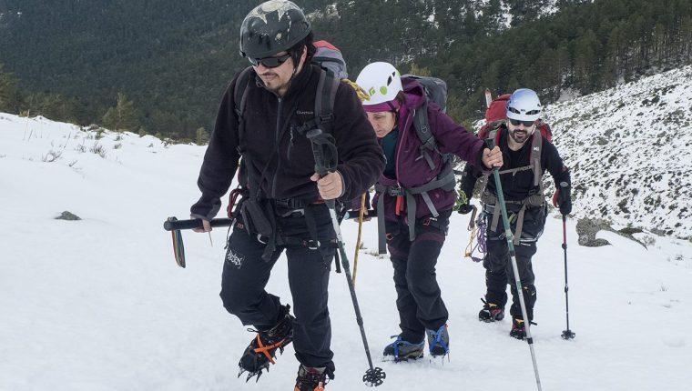 El guía de montañismo y escritor guatemalteco Christian Rodríguez, al frente de una excursión con personas con discapacidad visual en la montaña La Maliciosa, España. (Foto Prensa Libre: Cortesía de Christian Rodríguez).