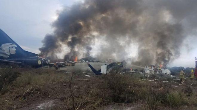 El avión AM2431 de Aeroméxico se estrelló poco después del despegue. Todas las personas a bordo sobrevivieron. (Reuters)