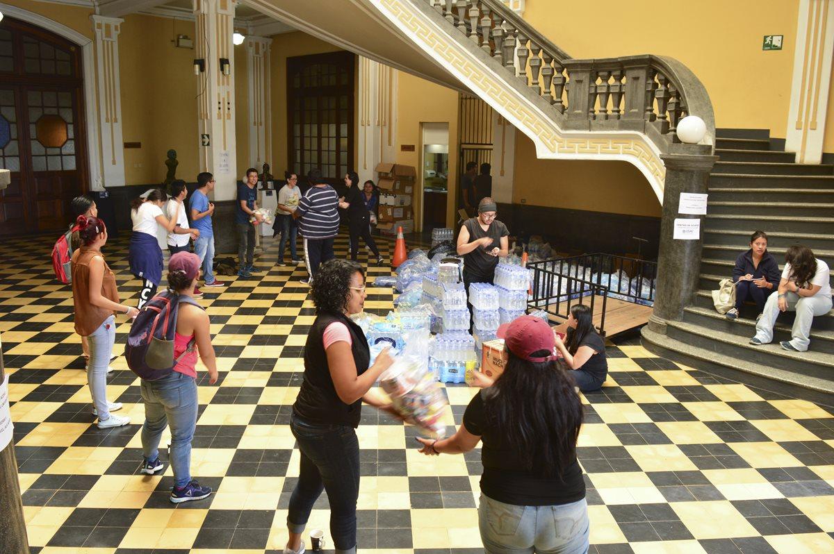 En el Paraninfo Universitario recolectan insumos para los damnificados. Foto Prensa Libre: Camila Chicas.