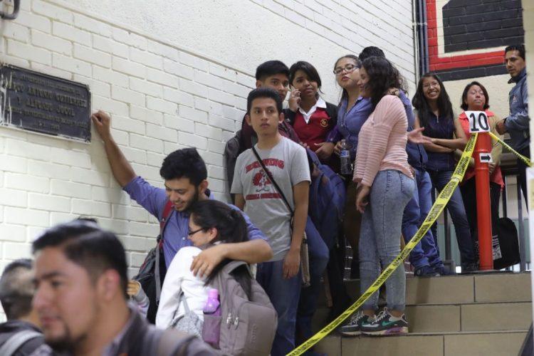 La fila para emitir el voto se extendía a las gradas en la Facultad de Ciencias Económicas