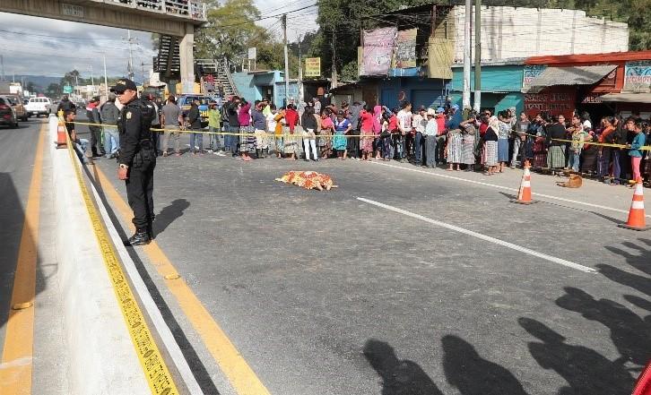 El cuerpo de María Isabela Sal Canel, de 70 años, yace sobre el asfalto en el km 49 de la ruta Interamericana, en El Tejar, Chimaltenango, donde murió atropellada. (Foto Prensa Libre: César Pérez Marroquín)