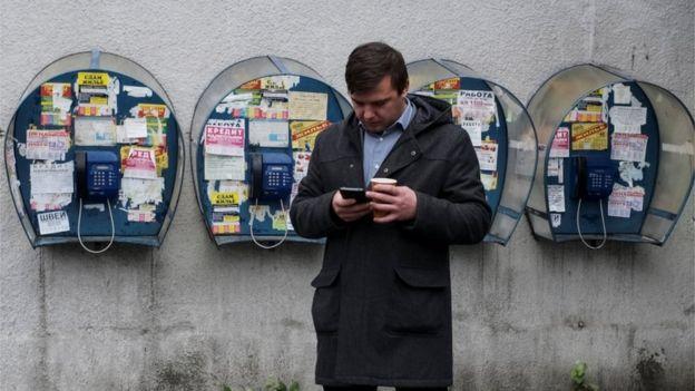 Los servicios y aplicaciones móviles a menudo fueron intervenidos por regímenes que buscaban sofocar el debate, según Freedom House. REUTERS